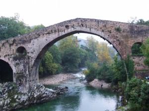 El puente romano y el río Sella en Cangas de Onís (Asturias)
