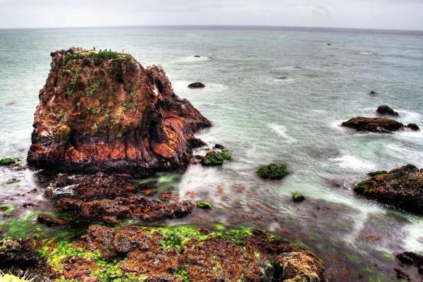 Islote y rocas en el mar