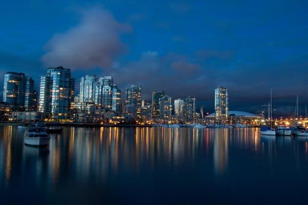 Noche en el puerto deportivo de la ciudad