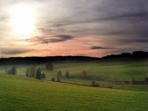 Cielo cubierto de nubes sobre la pradera