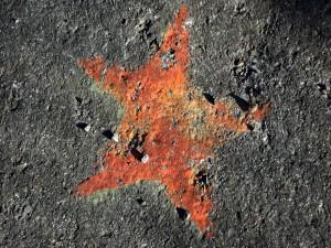 Estrella roja en el asfalto