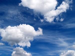 Un cielo azul con algunas nubes blancas