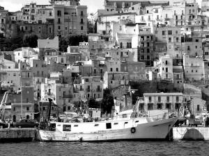 Pueblo pesquero en blanco y negro