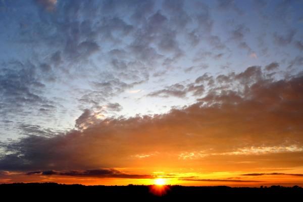 Un cielo con nubes al ponerse el sol
