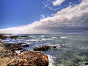Mirando al mar y al cielo desde la costa