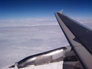 Mirando el paisaje por la ventanilla del avión