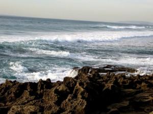 Las olas del mar rompiendo en las rocas