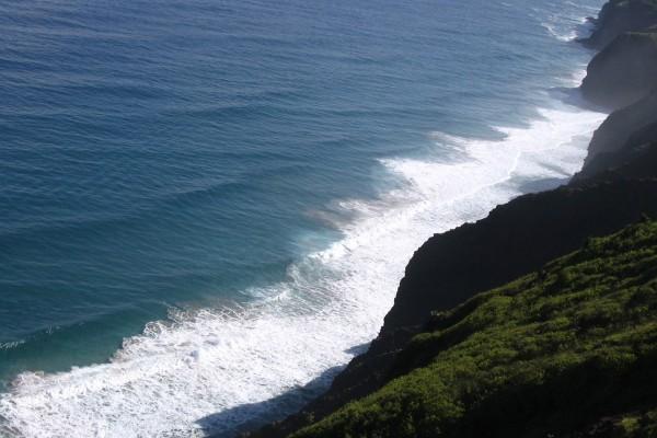 Mirando al mar desde lo alto del acantilado