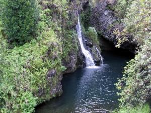 Cascada que fluye hacia el río