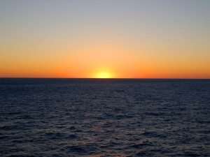 Espectacular atardecer en el mar