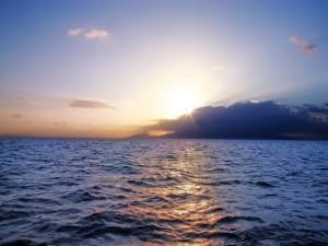 El mar azul y el brillo del sol