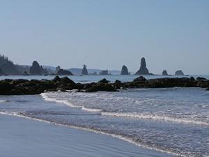 Viendo las rocas desde la playa