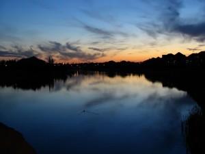 Oscuridad en el lago al anochecer