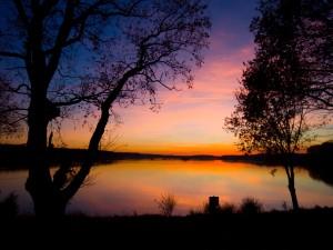 En el lago al atardecer