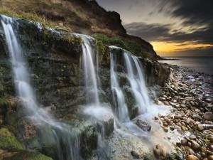 Postal: Varias cascadas cayendo sobre las rocas