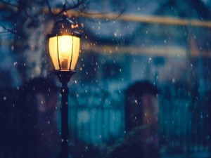 Un farol encendido en una noche de invierno