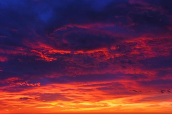 Cielo oscuro y anaranjado