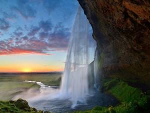 Postal: Cascada y el sol en Islandia