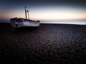 Postal: Barca en la playa al comienzo del día