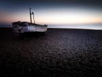 Barca en la playa al comienzo del día