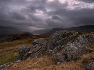 Postal: Nubes, montañas y piedras