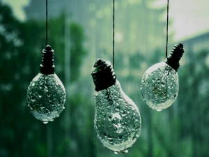 Bombillas bajo la lluvia