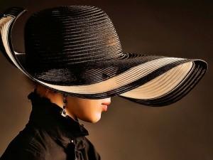 Postal: Distinguida mujer con sombrero y pendientes