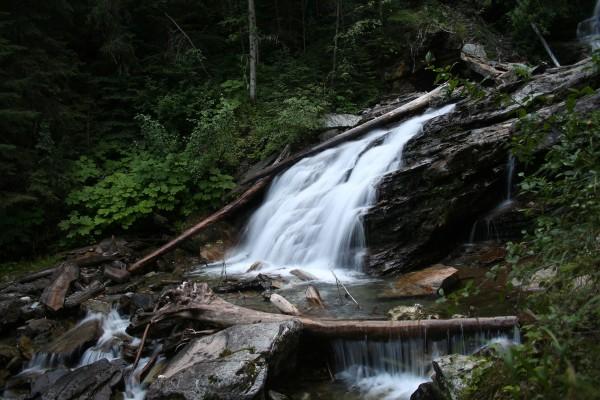 Troncos caídos en la cascada y el río