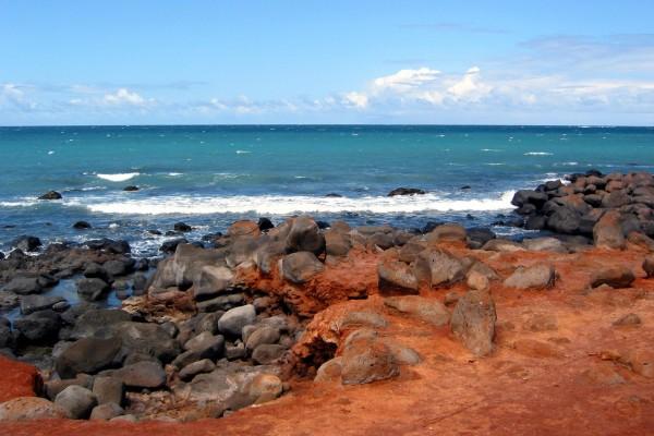 Mirando al mar desde la costa roja