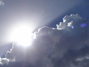 Postal: Nube tratando de tapar al sol