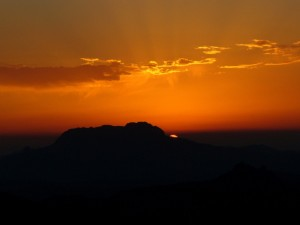 Postal: Cielo anaranjado y oscuridad al acabar el día