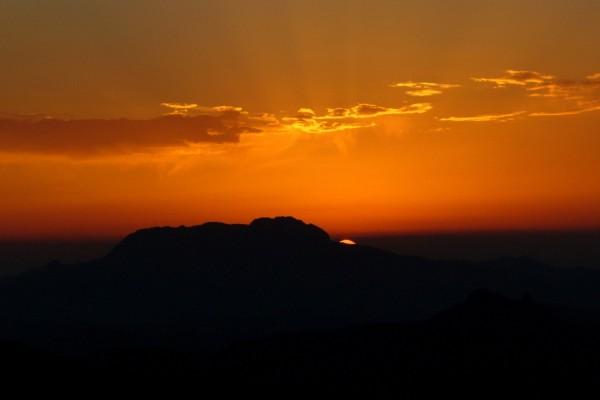 Cielo anaranjado y oscuridad al acabar el día
