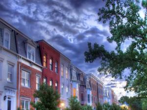 Casas con las luces encendidas al anochecer