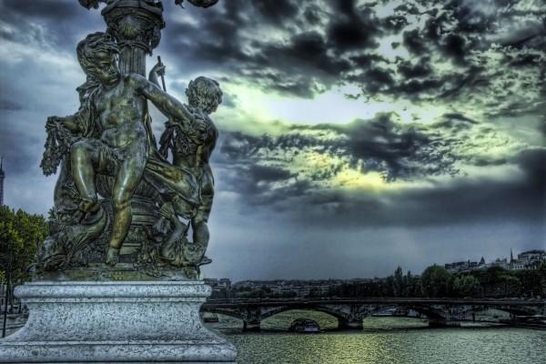 Estatua junto al Sena