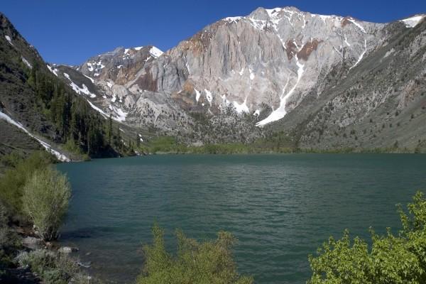 Un lago entre montañas