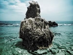 Postal: Gran roca en la orilla del mar