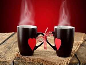 Tazas negras con un corazón rojo