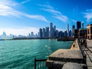 Postal: Personas en el paseo marítimo de la ciudad