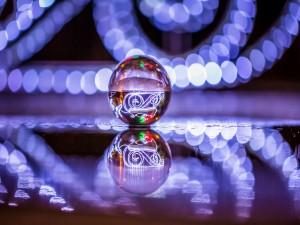 Luces reflejadas en la bola