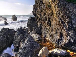 Agua del mar estancada en las rocas