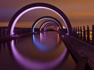 Postal: Arcos iluminados sobre el agua