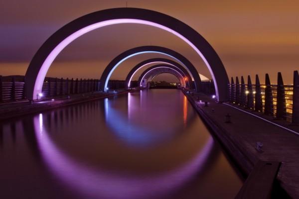 Arcos iluminados sobre el agua