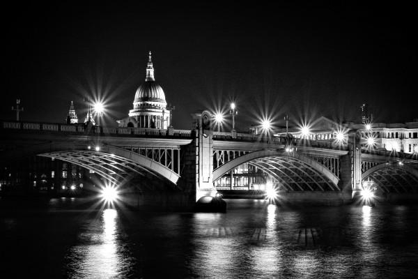 Puente en la oscuridad de la noche