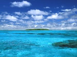 Postal: Isla en un mar azul