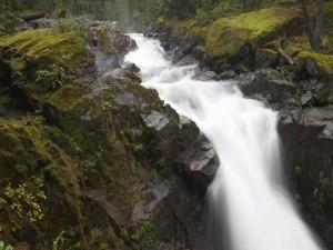 Un río estrecho entre grandes piedras
