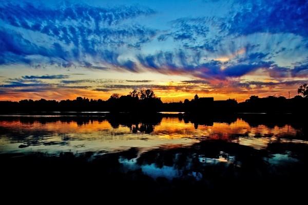 Cielo azul y naranja al caer la noche