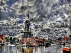 Postal: Molino de viento junto al agua