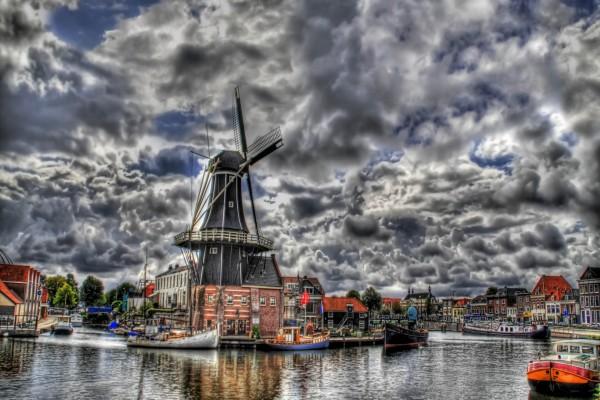 Molino de viento junto al agua