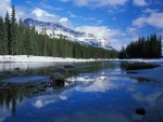 Nieve y frío en el lago y las montañas
