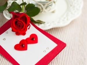 Postal: Una rosa y una tarjeta con corazones para el Día de San Valentín